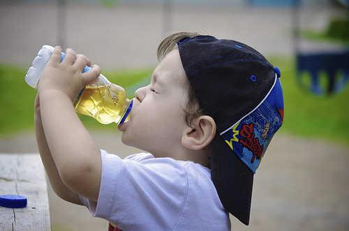 Anima a tu bebé a que beba agua o jugos sin azúcar