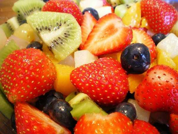 Una porción pequeña de ensalada frutas es el toque perfecto de dulce en la lonchera