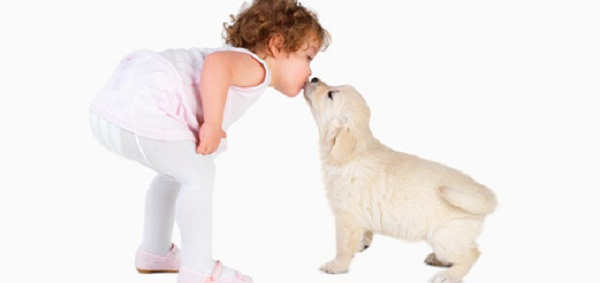 perro-y-niño-dandose-un-beso