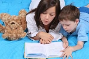 niño leer mama