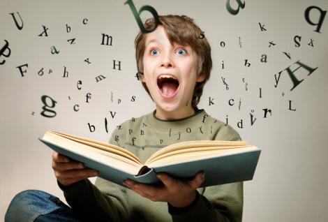 niño-leyendo-feliz