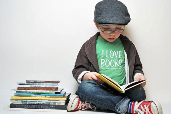 niño-leyendo-solo